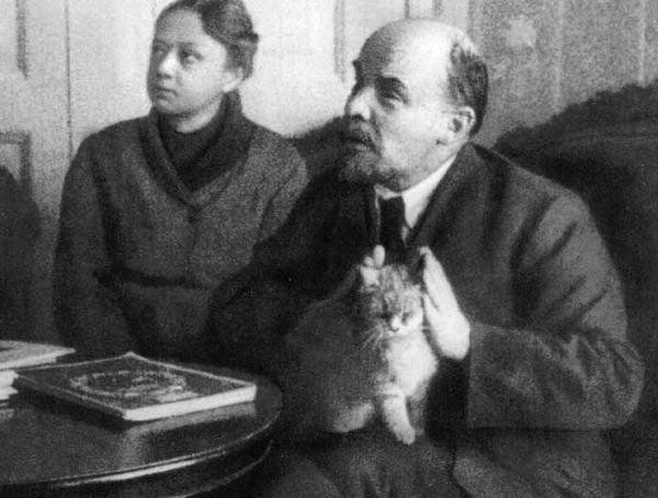 Lenin_Krupskaya_with_cat_Feb1920.jpg